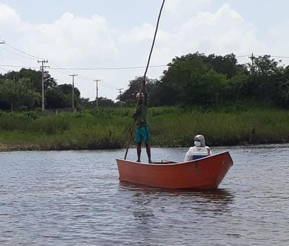 Técnica em enfermagem Ana Cristina Vasconcelos atravessou o Rio Acaraú, no Ceará, em uma canoa para aplicar a segunda dose da vacina contra a Covid-19 em um idoso de 76 anos. — Foto: Arquivo pessoal