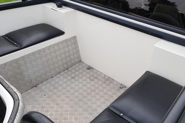 Dá uma olhada nos banquinhos suplementares do Lamborghini LM002 (Foto: Julio Cabral/Autoesporte)