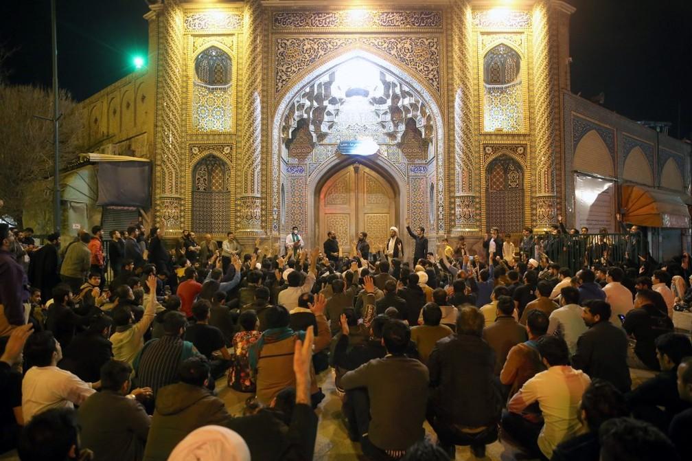 Pessoas do lado de fora do Templo de Fátima, na cidade de Qom, em 16 de março de 2020 — Foto: Mehdi Marizad / AFP