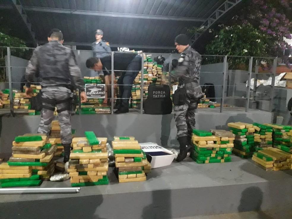 Policiais militares pesam a droga após apreensão em General Carneiro — Foto: Lucas Iglesias/Centro América FM