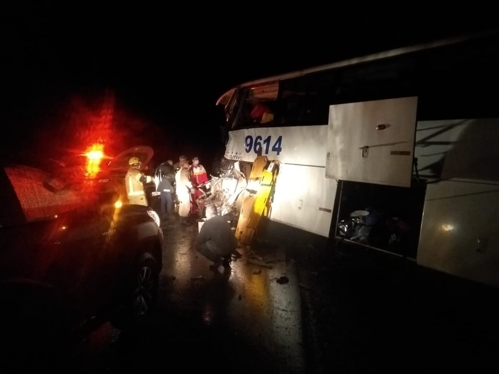 Ônibus com passageiros seguia sentido Porto Velho quando houve a colisão — Foto: Rômulo Azevedo/Arquivo Pessoal