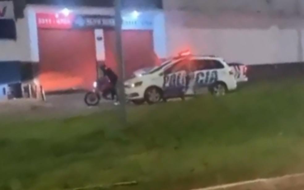 Imagens mostram quando PMs abordaram Guilherme Souza — Foto: Reprodução/TV Anhanguera