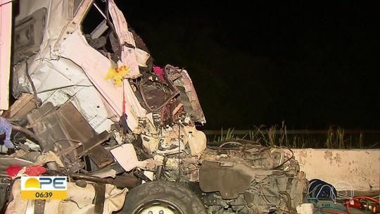 Motorista fica preso às ferragens e morre em acidente envolvendo caminhões na BR-101