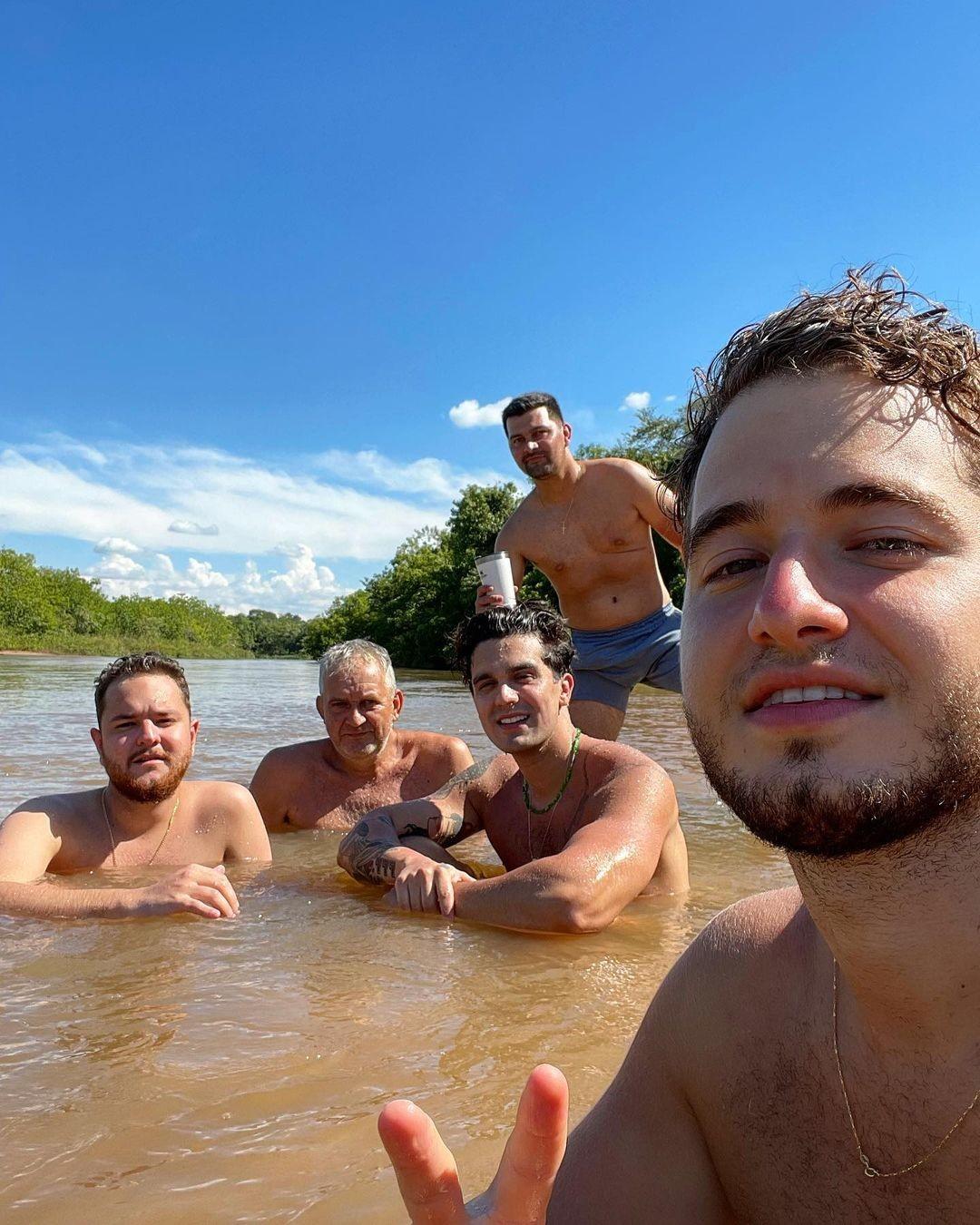 Luan Santana com amigos (Foto: Reprodução Instagram)