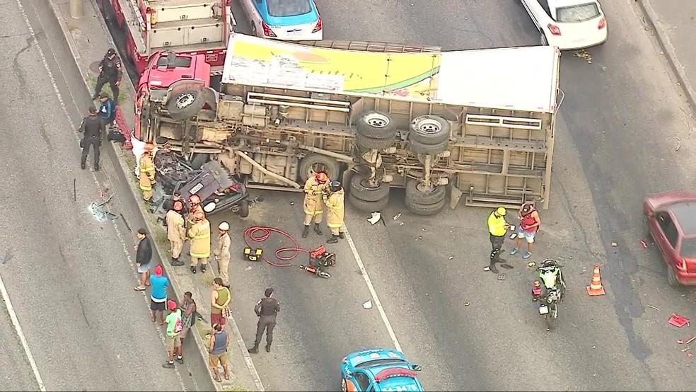 Carro ficou completamente destruído após ser atingido por caminhão na Avenida Brasil — Foto: Reprodução/ TV Globo