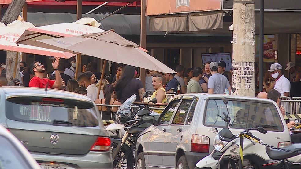 Clientes foram nos bares da Rua Alberto Cintra, em BH neste sábado — Foto: TV Globo/Reprodução