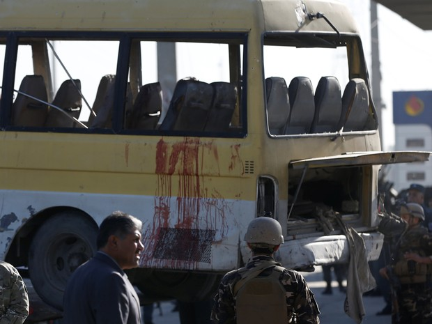 Forças de segurança do Afeganistão examinam marcas de sangue em microônibus que sofreu atentado terrorista em Cabu (Foto:  REUTERS/Omar Sobhani)