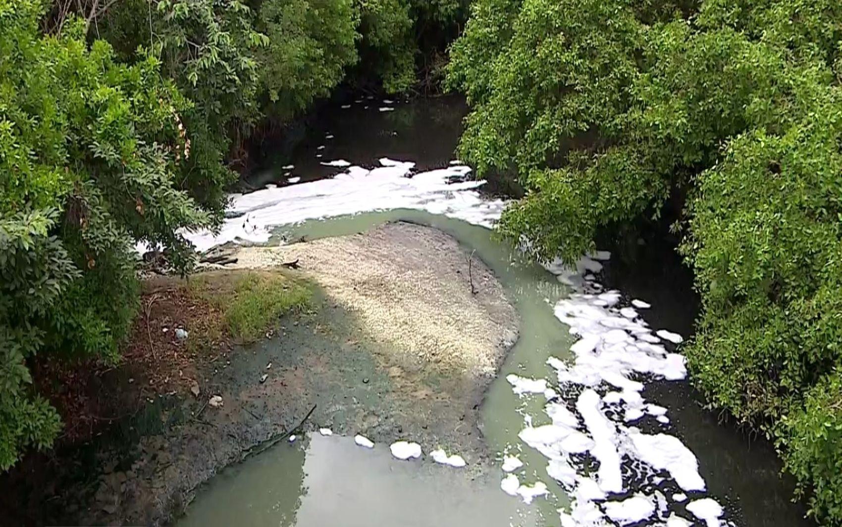 Deso é multada em mais de R$ 1 milhão por espuma branca encontrada no Rio Poxim