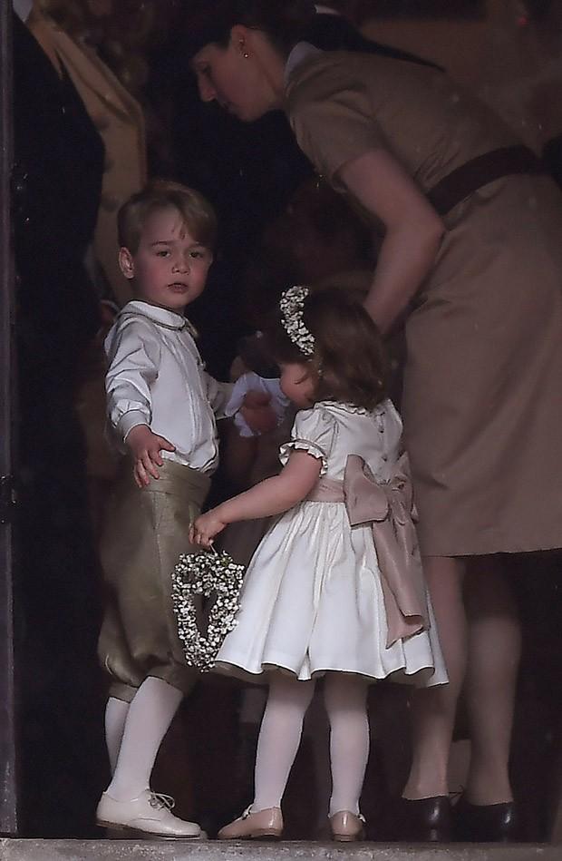 Maria Teresa Turrion Borrallo, babá da família real, com príncipe George e princesa Charlotte (Foto: Getty Images)