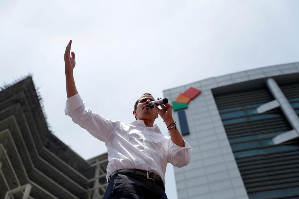 Juan Guaidó discursa em Caracas na quarta-feira (1º) — Foto: Reuters/Carlos Garcia Rawlins