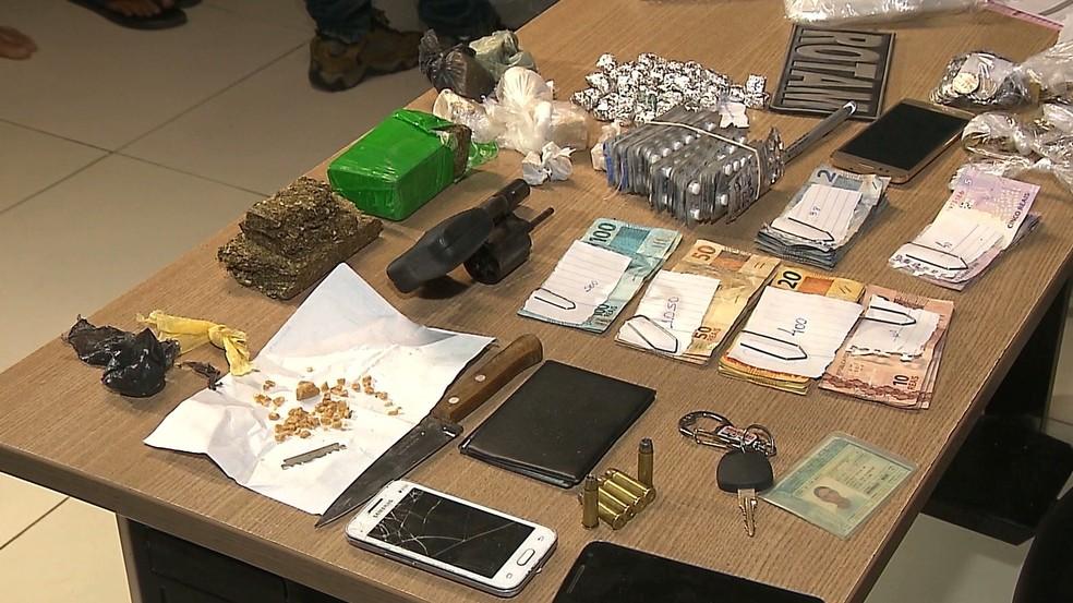 Maconha, crack, comprimidos alucinógenos e dinheiro foram apreendidos durante as prisões (Foto: Reprodução/TV Cabo Branco)