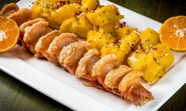 Torresmão com mandioca cozida