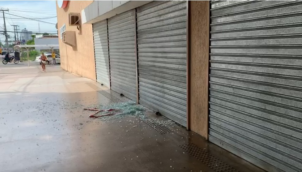 Tiroteio aconteceu próximo a supermercado, em João Pessoa — Foto: Walter Paparazzo/G1