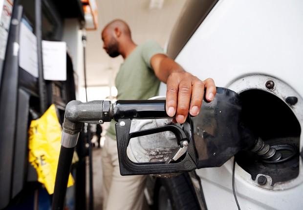 Homem abastece em posto de gasolina (Foto: Brandon Wade/Reuters)