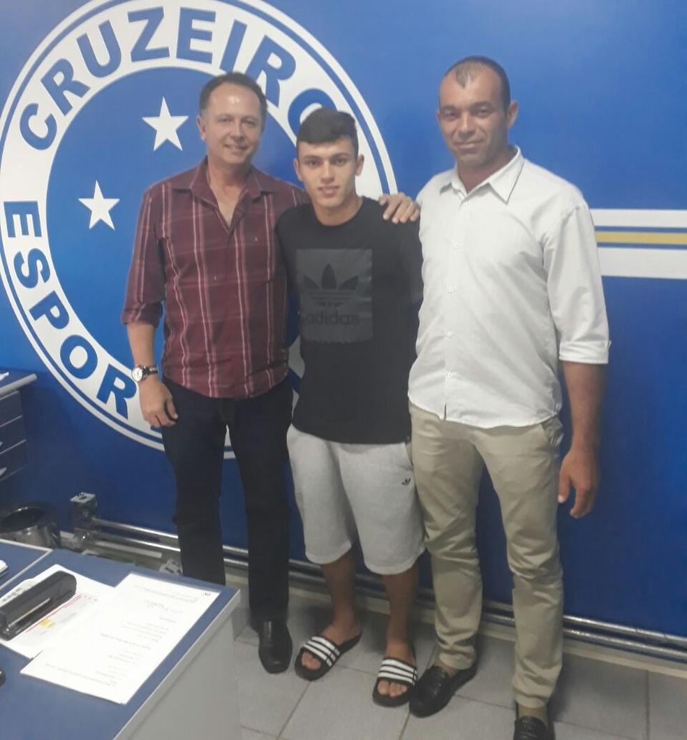 Quintiliano Lemos, superintendente do Cruzeiro, Rian Lopes e seu pai, logo após assinatura do contrato (Foto: Divulgação)