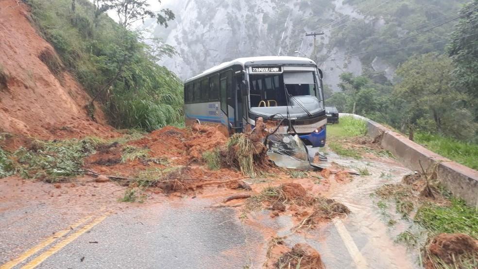 Uma barreira atingiu um ônibus na altura de Jacuba, em Petrópolis, na manhã desta quinta (8). Via continua interditada (Foto: Leandro Jeronymo/Arquivo Pessoal)