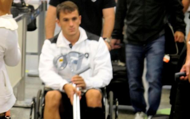 Lucas botafogo cadeira de rodas desembarque (Foto: Thales Soares)