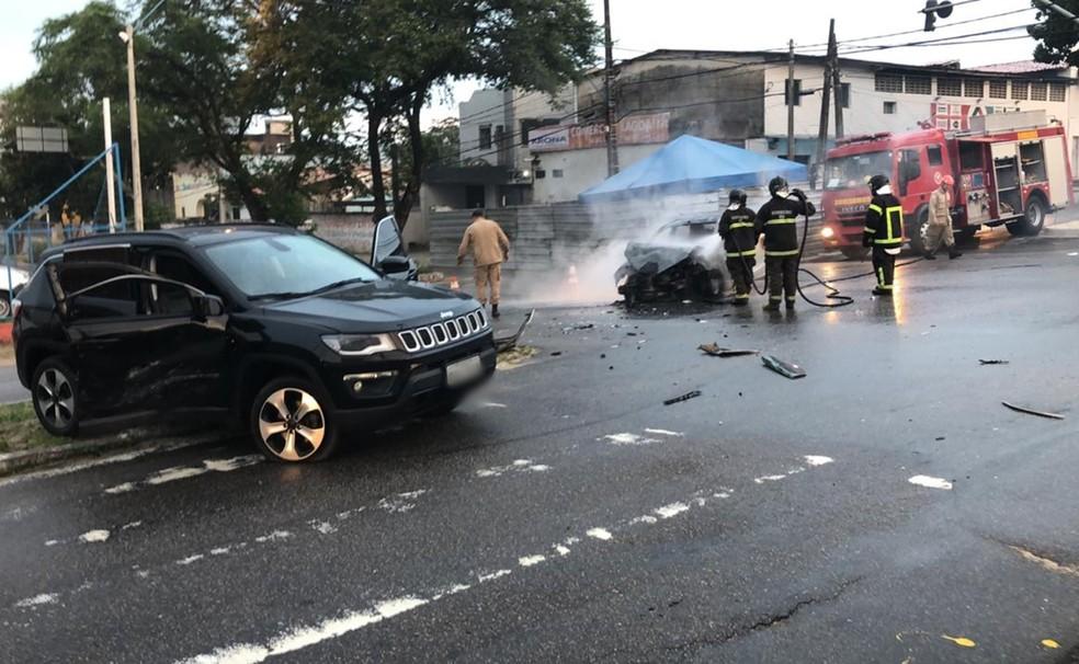 Bombeiros foram chamados para apagar o fogo após a batida  — Foto: Eduardo Silva