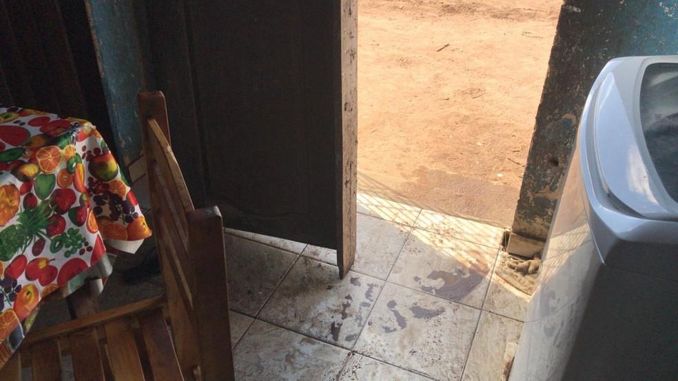 Marca de sangue próximo à porta da cozinha, arrombada pelos criminosos durante assalto que deixou dois mortos e criança ferida na Grande Natal — Foto: Kleber Teixeira/Inter TV Cabugi