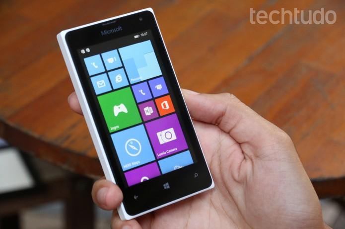 A tela do Lumia 435 não é HD, mas tem boa resolução, graças ao tamanho médio do display (Foto: Lucas Mendes/TechTudo)