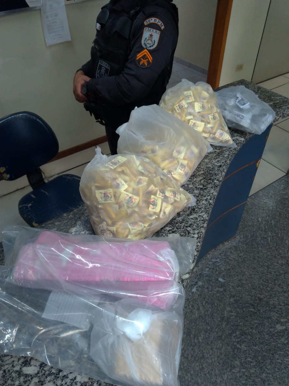 PM apreendeu maconha e cocaína com suspeito dentro de carro no Centro de Miracema — Foto: Divulgação/PM