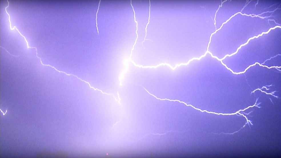 Tocantins é o estado brasileiro com maior quantidade de raios por quilômetro quadrado  — Foto: TV Anhanguera/Reprodução