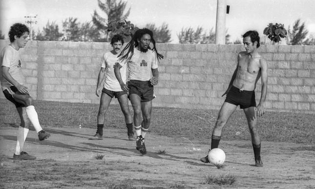 Marley em ação, com Chico (à esquerda) e Toquinho (ao fundo)