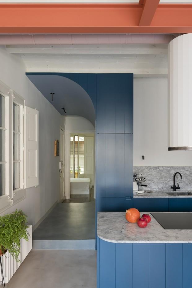 Décor do dia: azul e laranja na cozinha (Foto: Roberto Ruiz/Divulgação)