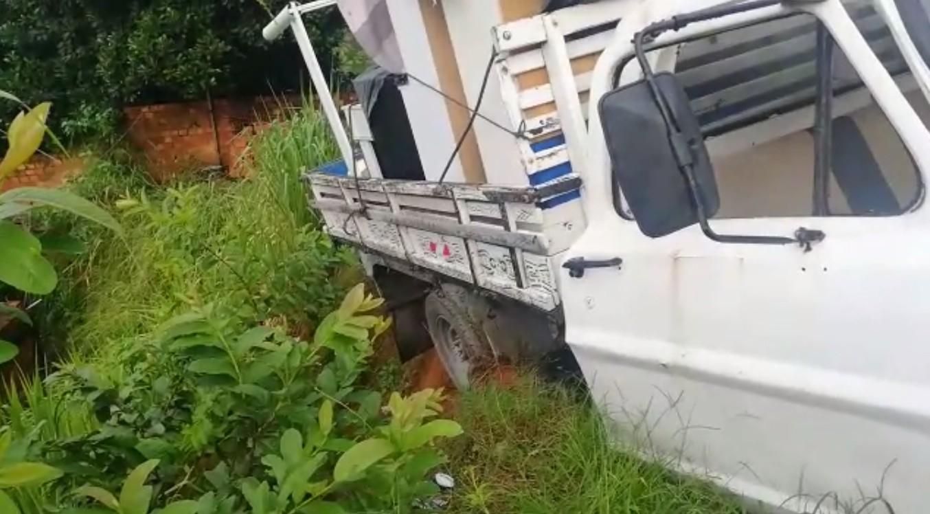 Caminhonete desequilibra em barranco, e duas pessoas ficam presas nas ferragens em Salvador