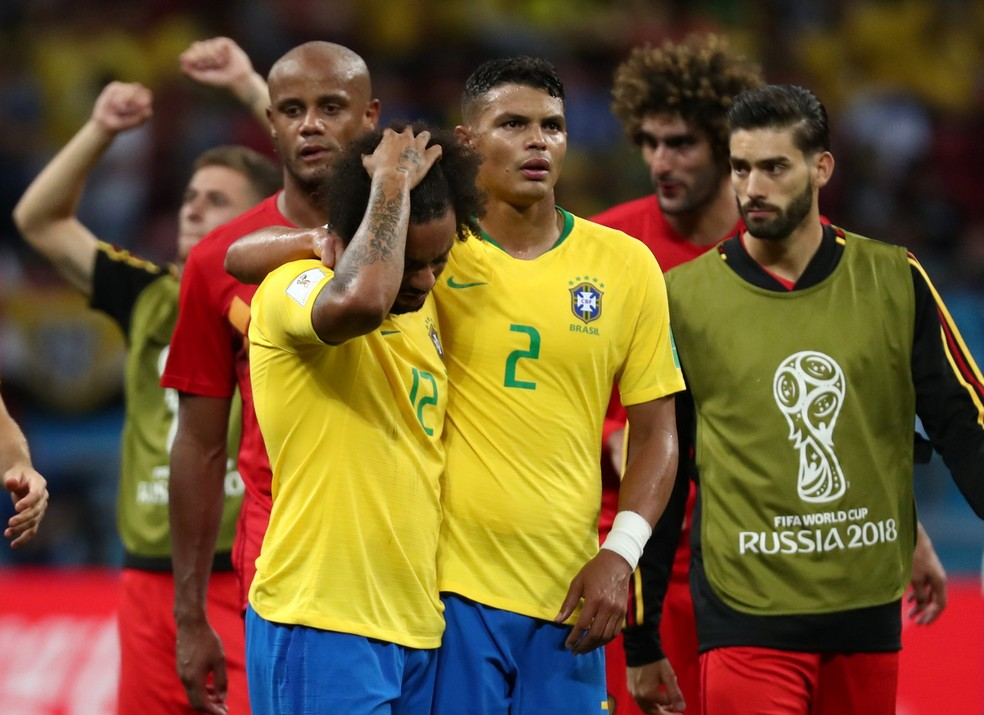 Marcelo e Thiago Silva desolados após a derrota brasileira (Foto: REUTERS/Sergio Perez)