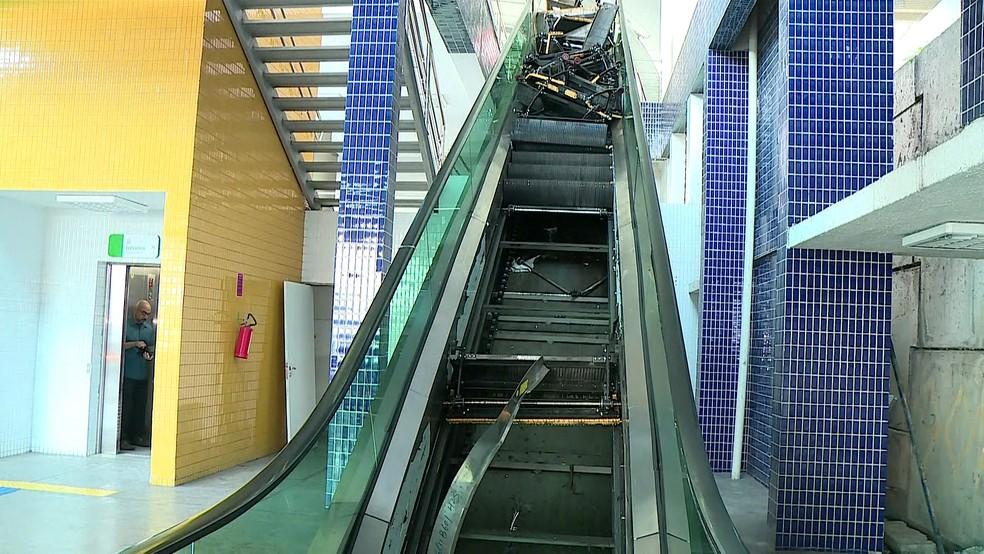 Ferro ficou retorcido após problema técnico em escada rolando do Terminal Integrado do Aeroporto do Recife — Foto: Reprodução/TV Globo