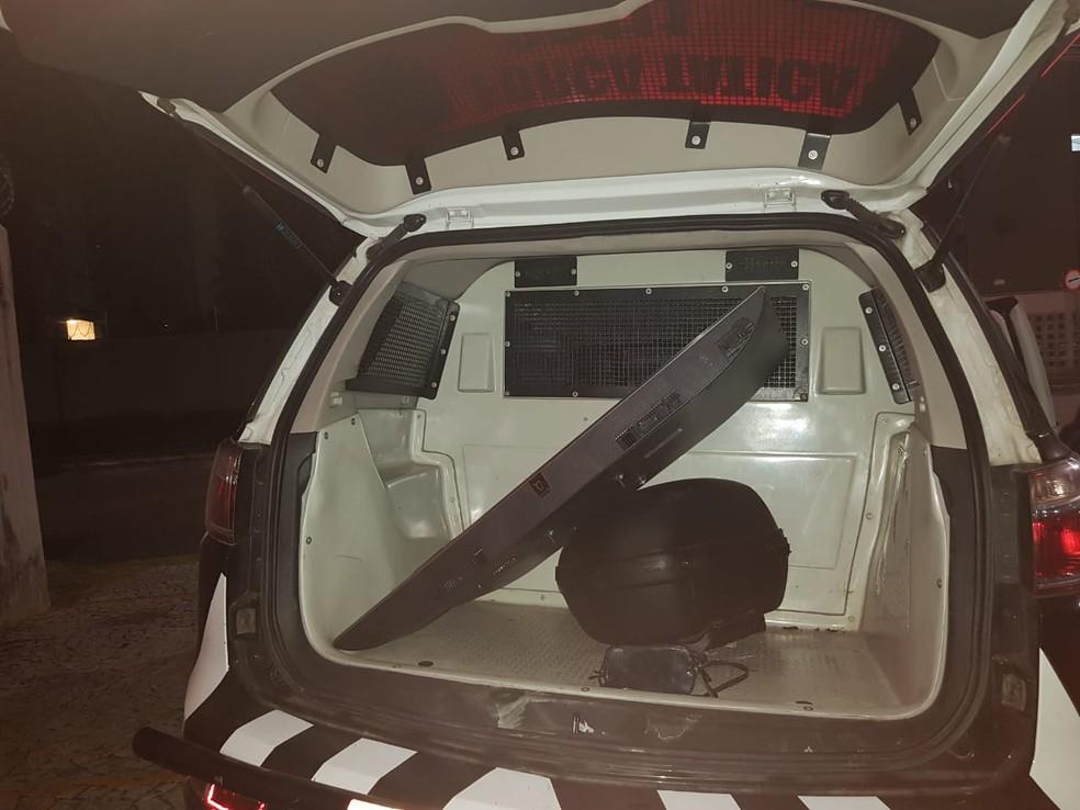Os ocupantes do carro abandonaram o veículo com uma TV e os objetos roubados da residência.. — Foto: Rafaela Duarte/ Sistema Verdes Mares