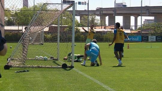 Após furar em bola, Renato faz gol de barriga em rachão do Grêmio; veja