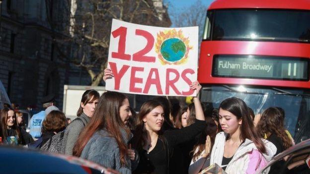 Estudantes do Reino Unido protestam contra inação das autoridades ante mudanças climáticas (Foto: Getty Images via BBC News)