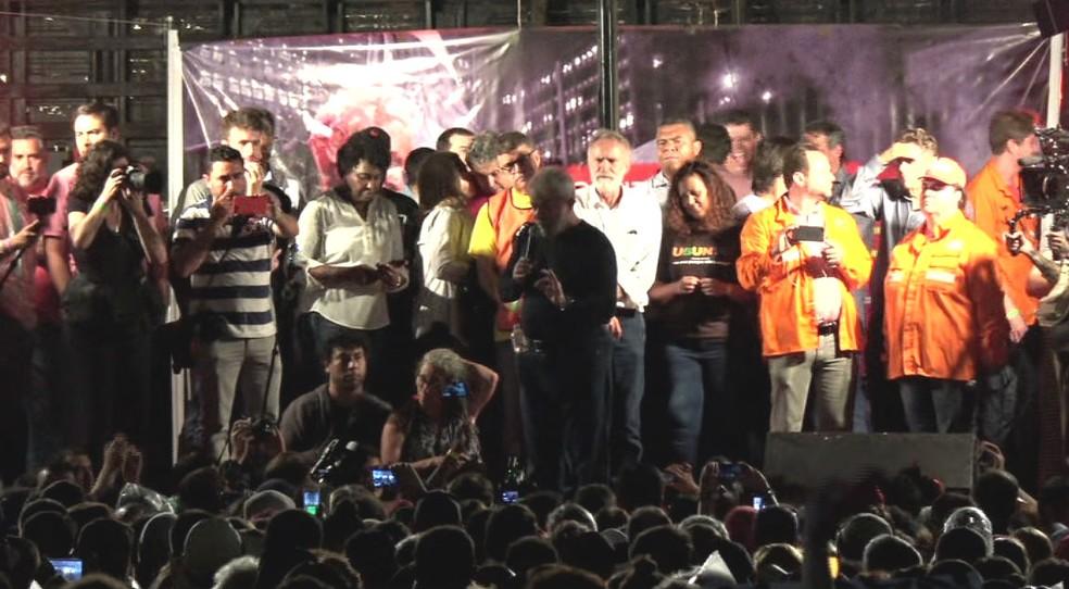 Lula discursa na Praça Santos Andrade, em Curitiba, no encerramento da caravana nesta quarta-feira (28). (Foto: RPC/Reprodução)