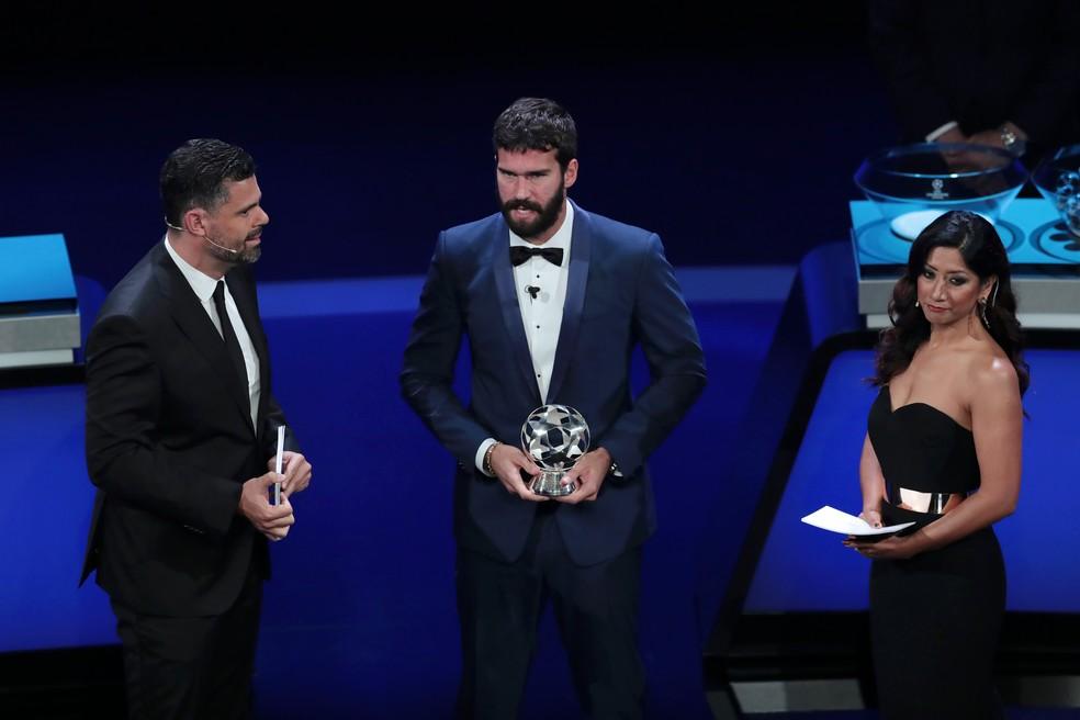Alisson conquistou o troféu pela primeira vez — Foto: Getty Images