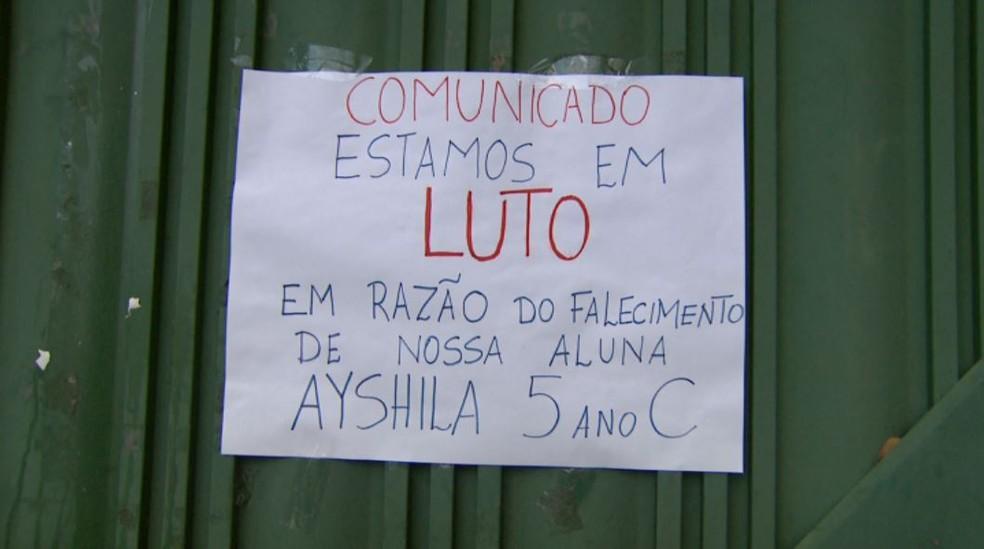 Cartaz foi colocado na porta da escola onde a menina Ayshila estudava, em Ribeirão Preto, SP — Foto: Reprodução/EPTV