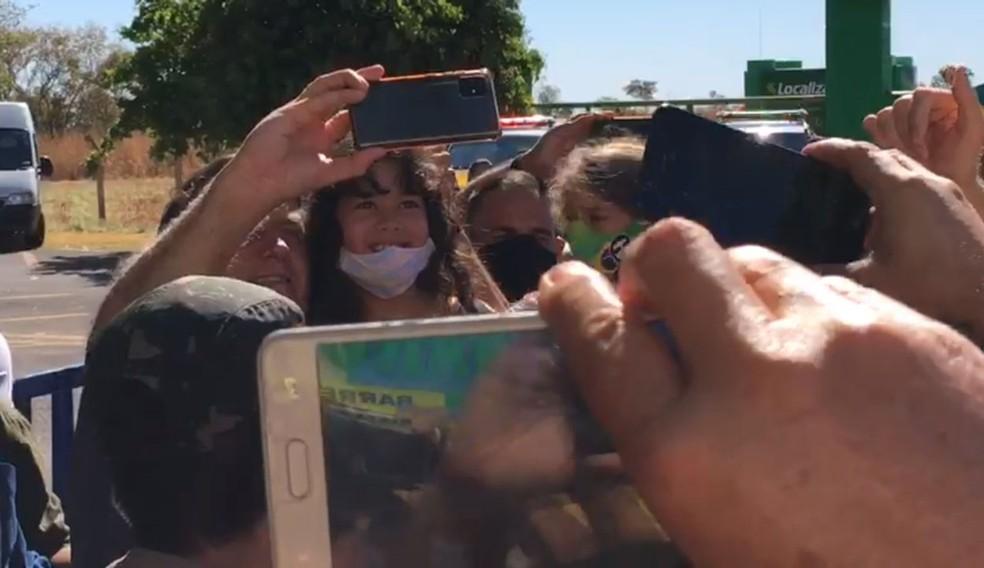 Bolsonaro chega a Barreiras e pega criança no colo — Foto: Arquivo pessoal