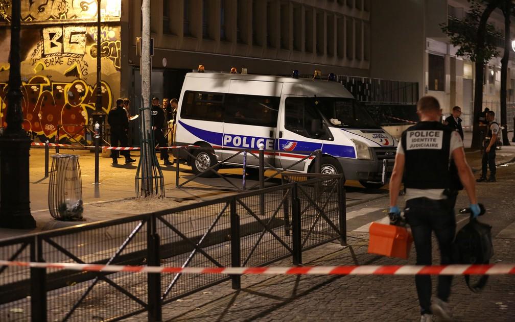 -  Policiais são vistos em local onde homem feriu pessoas com faca em ruas do 19º arrondissement de Paris, na noite de domingo  9   Foto: Zakaria Abdelk