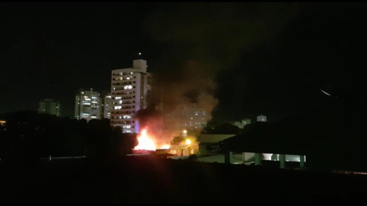 Incêndio destrói loja de máquinas em Cuiabá e proprietário diz que teve prejuízo de R$ 1 milhão