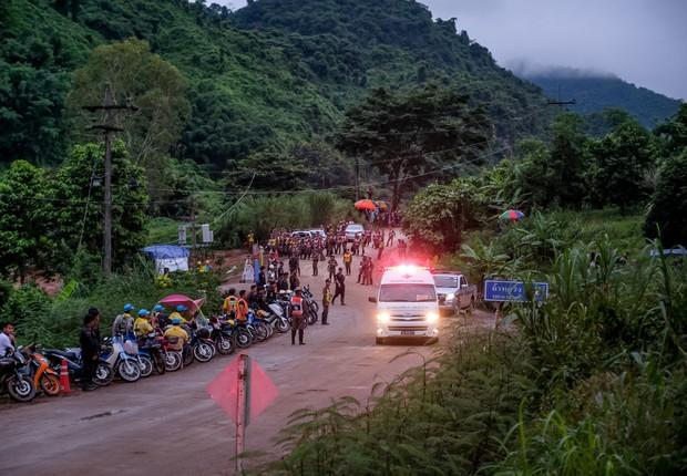 Ambulância leva para atendimento médico um dos 12 garotos resgatados de uma caverna na Tailândia, onde ficaram presos por semana junto com um adulto (Foto: Linh Pham/Getty Images)