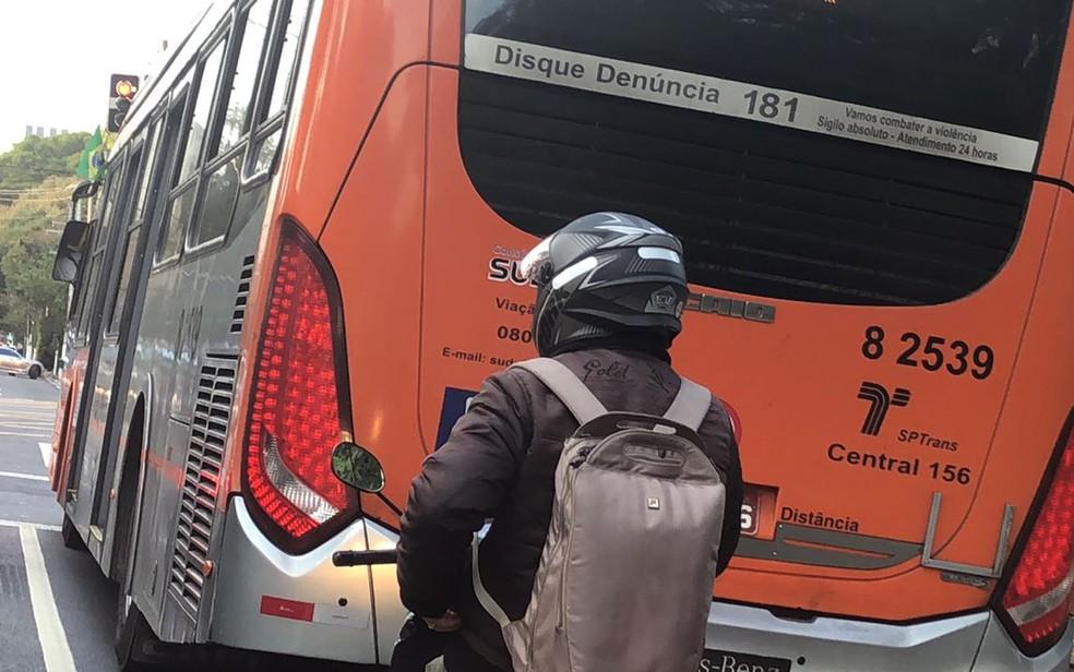 Ônibus de transporte coletivo leva bandeira presa à janela em São Paulo (Foto: Kleber Tomaz/G1)