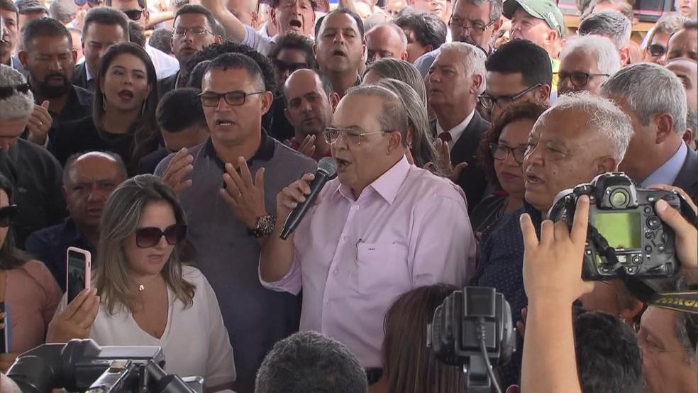 Governador Ibaneis Rocha faz oração durante anúncio do programa SOS DF — Foto: TV Globo/Reprodução