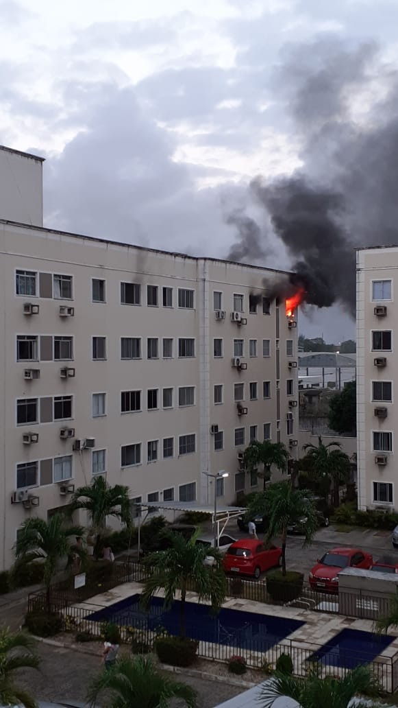 Incêndio atinge apartamento no Bairro Messejana, em Fortaleza; vídeo
