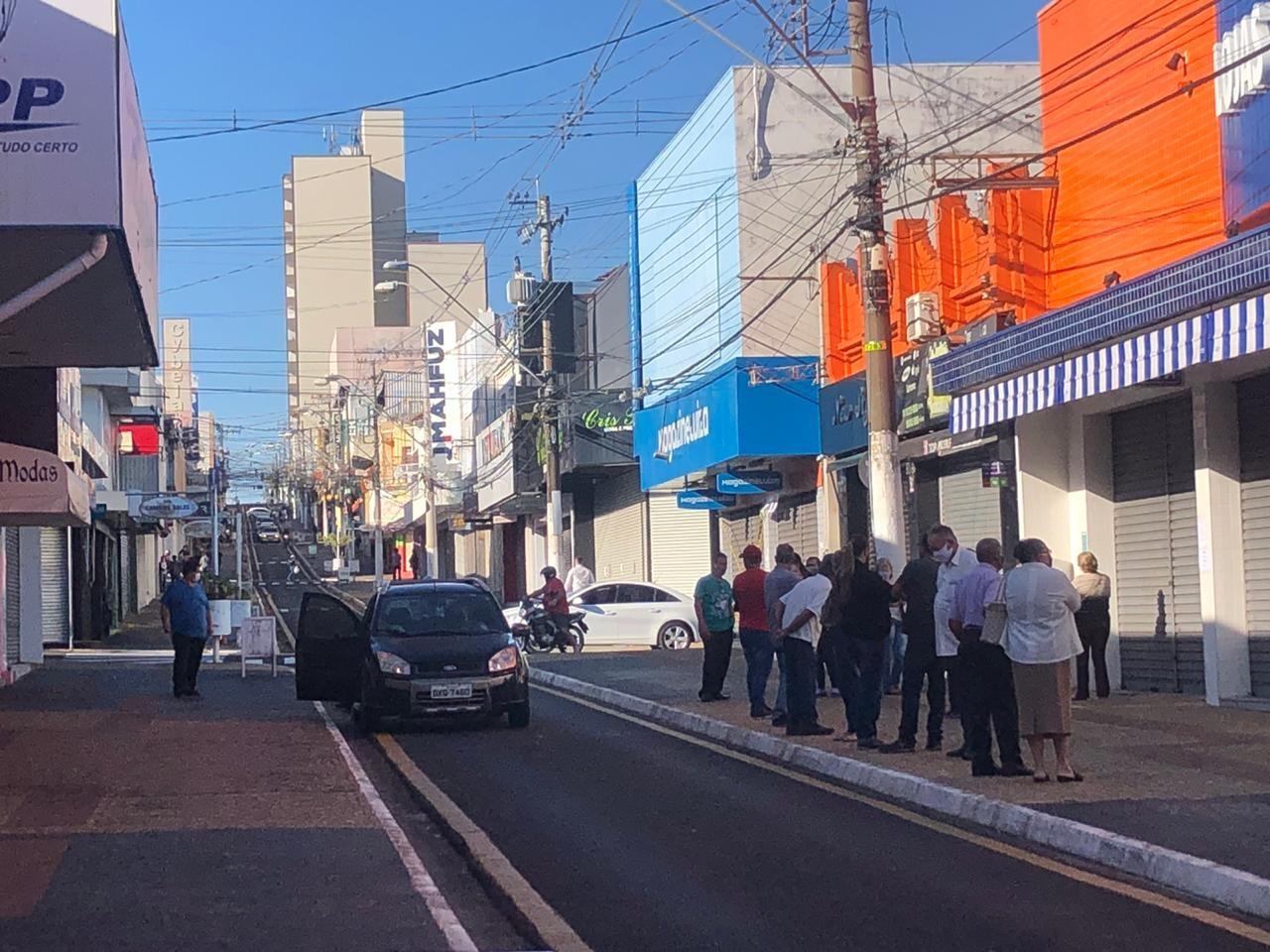 No interior de SP, cidade que se colocou na fase 4 de retomada do comércio tem fila na porta de lojas