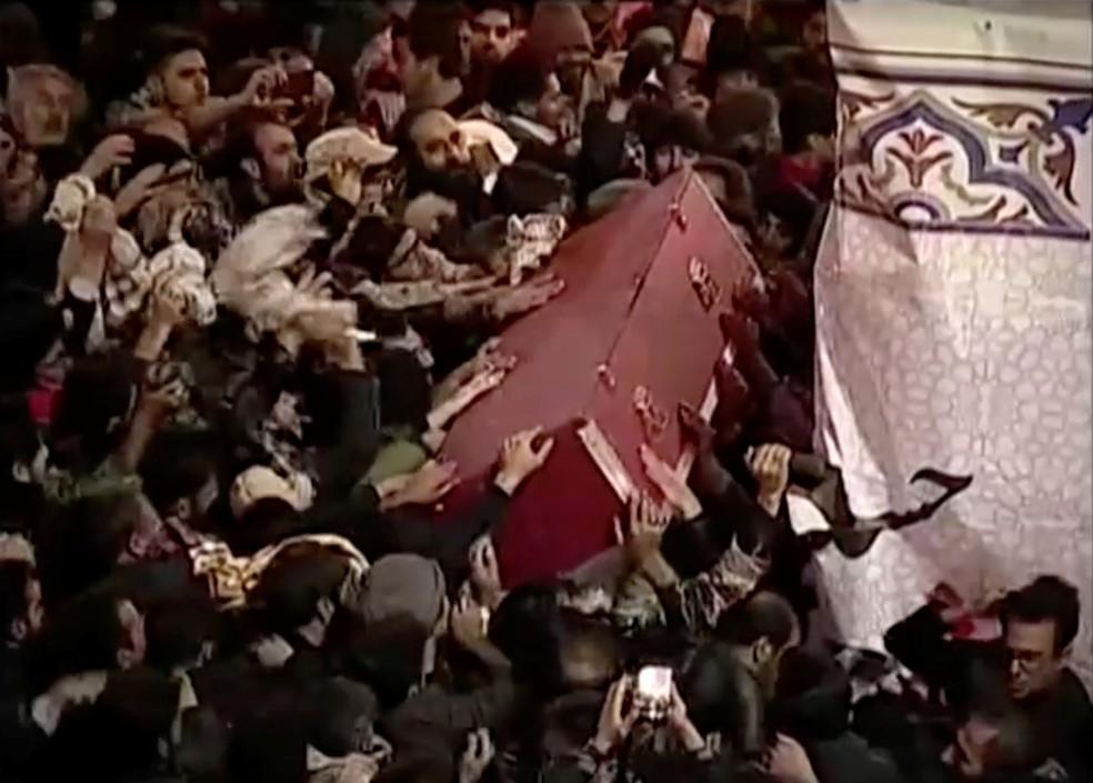 Caixão do general Qassem Soleimani é carregado durante funeral nesta quarta-feira (8), em Kerman, no Irã — Foto: Imprensa iranina via Reuters