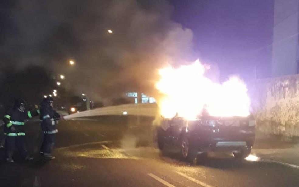 Bombeiros apagam as chamas de veículo que pegou fogo no bairro do Arruda, na Zona Norte do Recife, na noite de quarta-feira (22) — Foto: Reprodução/WhatsApp