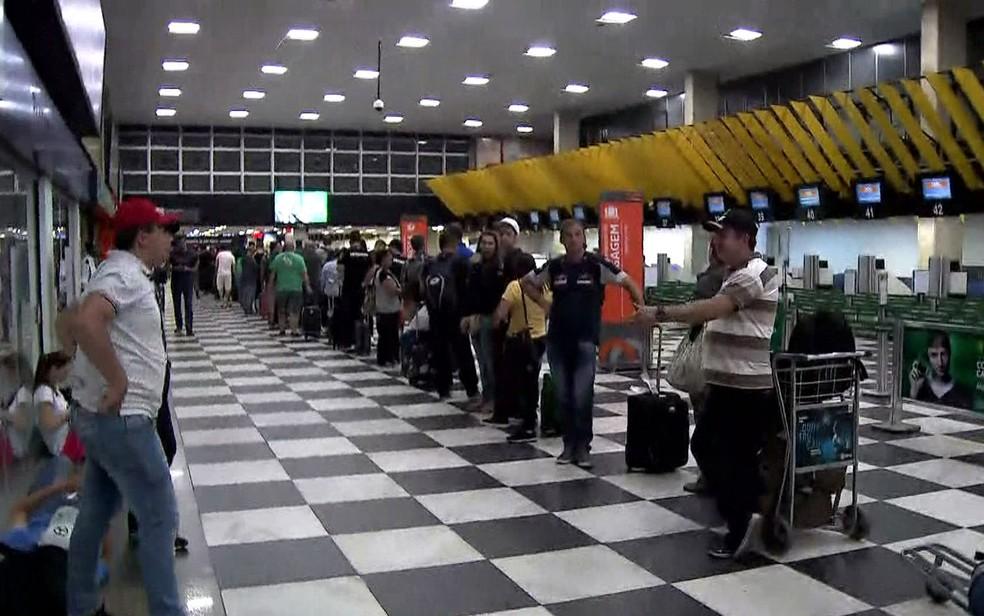 Filas no saguão de Congonhas após drone causar cancelamento de voos (Foto: Reprodução/GloboNews)