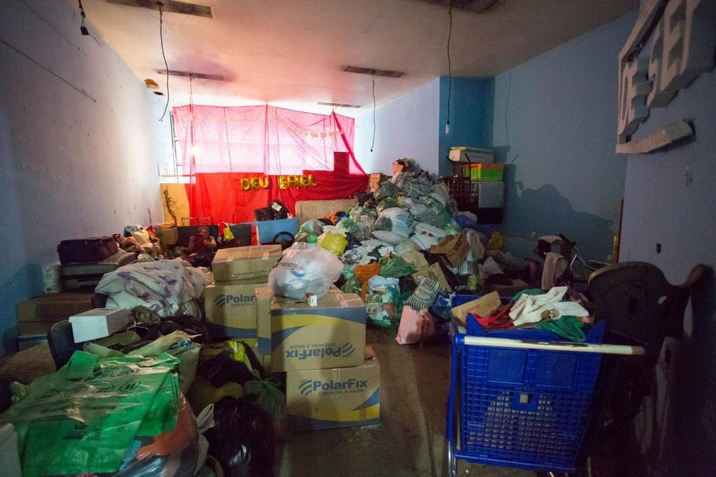 Outra ocupação do MLSM, na Benjamin Constant, concentra doações para desabrigados de prédio que desabou (Foto: Marcelo Brandt/G1)