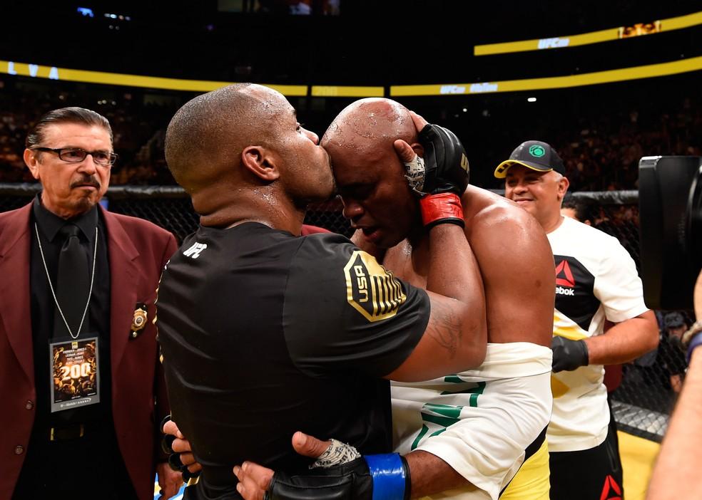 Daniel Cormier beija a testa de Anderson Silva no UFC 200 — Foto: Getty Images